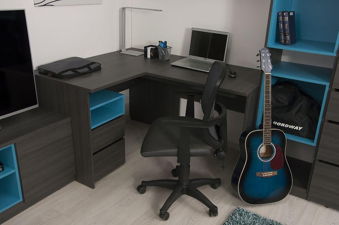 bureau d'ordinateur d'angle noir avec des accents bleus