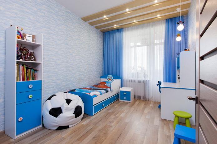 rideaux bleus droits classiques dans la chambre des garçons