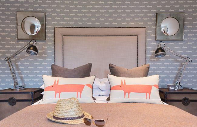 Une note plus gaie à l'intérieur d'une chambre avec du papier peint gris peut être faite à l'aide d'accessoires amusants et inhabituels.