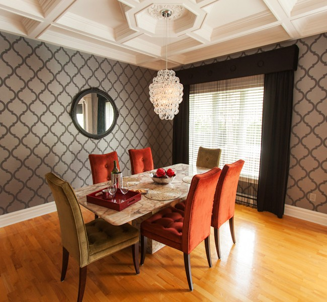 Les papiers peints gris en duo avec des couleurs vives peuvent sembler vraiment luxueux, nobles, intéressants