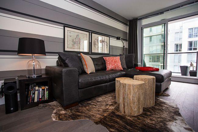 Dans le salon, des nuances de papier peint gris correctement sélectionnées vous permettent de rendre l'intérieur confortable et calme.