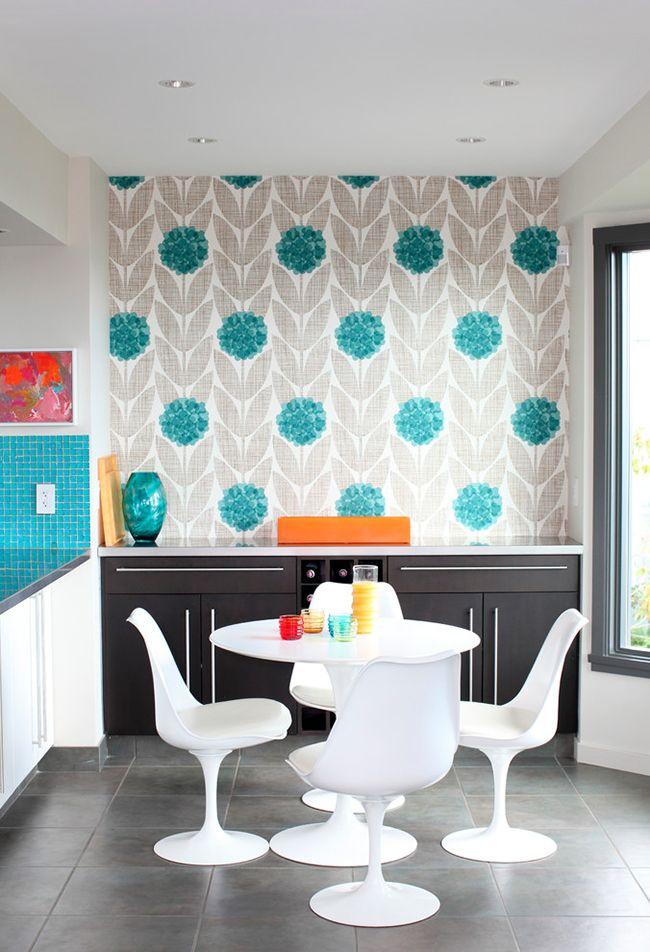 Les papiers peints gris clair aux accents lumineux ont fière allure dans la cuisine, la pièce a l'air très confortable, sa propreté est soulignée