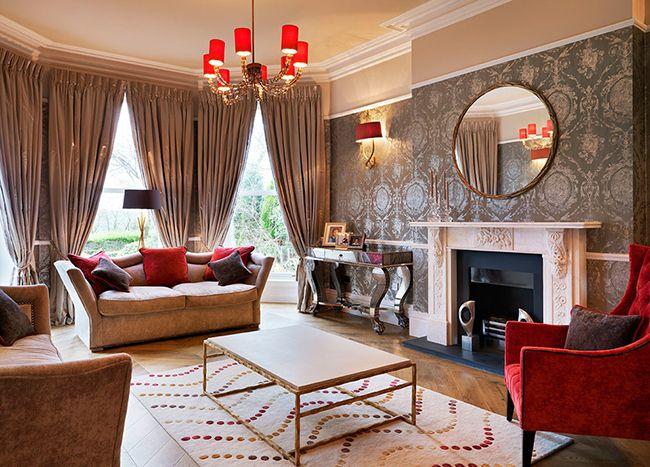 La combinaison de papier peint argenté et de couleurs pastel rendra la pièce plus agréable et lumineuse.