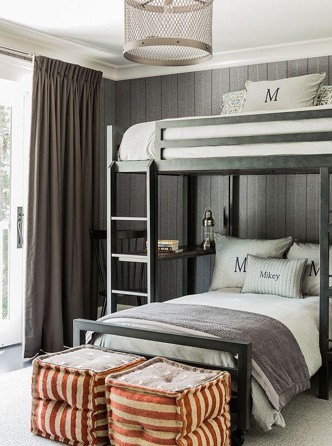 Dans la crèche, vous pouvez utiliser du papier peint gris s'il s'agit de la chambre d'un enfant hyperactif qui a besoin d'un environnement calme.