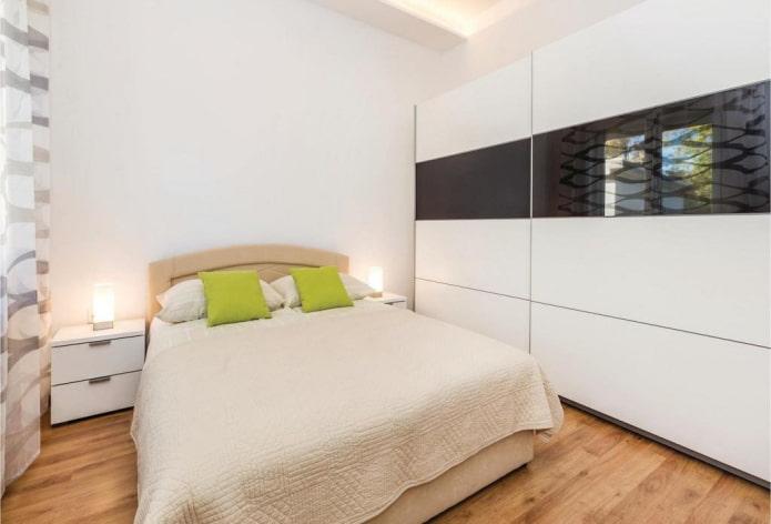 armoire en noir et blanc à l'intérieur de la chambre