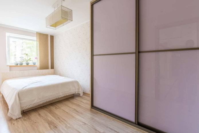penderie-compartiment de teinte lilas à l'intérieur de la chambre