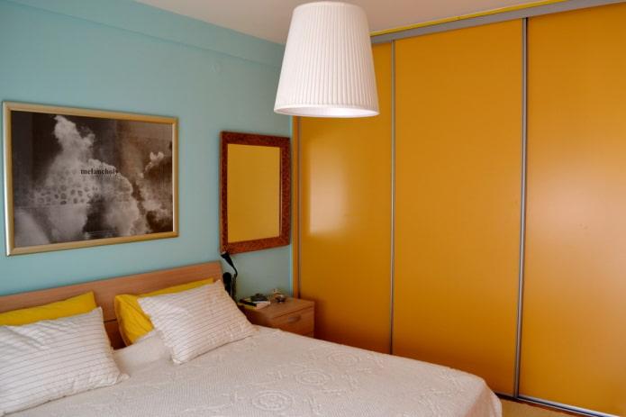 armoire de couleur orange à l'intérieur de la chambre