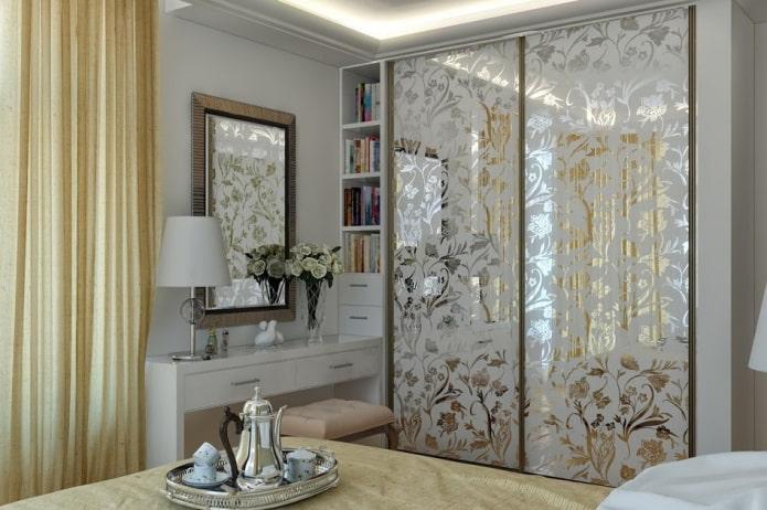 armoire coulissante avec une façade en miroir à l'intérieur de la chambre