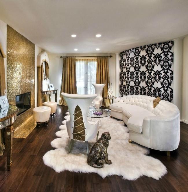 Lors de l'utilisation du style baroque à l'intérieur, il est nécessaire de réfléchir à la palette de couleurs de la pièce, de la délimiter en niveaux.  La combinaison du noir, du blanc et de l'or est plus que jamais appropriée pour un point culminant contrasté sur le fond de la couleur globale de la pièce.