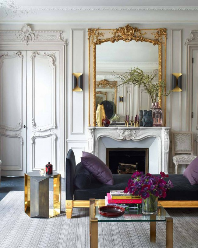 Combinaison contrastée de meubles et de murs blancs, décorée de stuc et de dorure