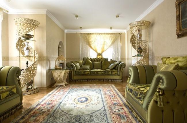 Seuls des tissus rares et coûteux, ainsi que des franges, sont utilisés pour décorer les meubles.