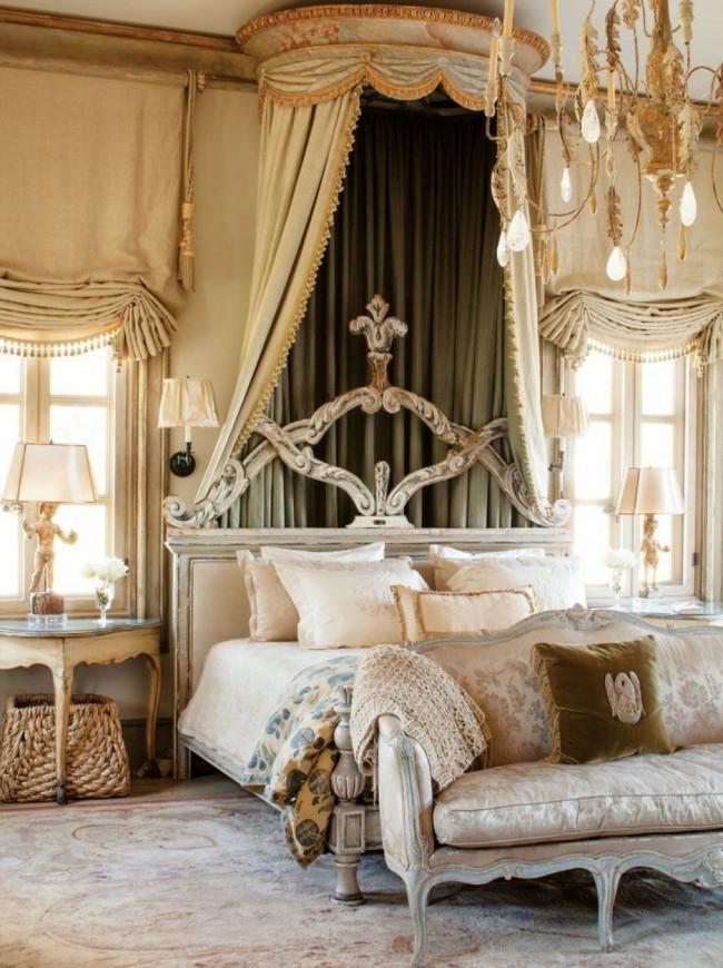 L'abondance de tissus fluides, les rideaux finement drapés sont également des caractéristiques de l'intérieur baroque