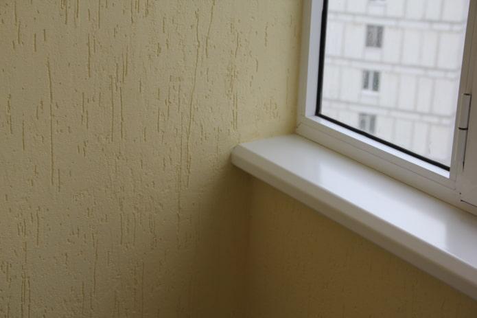 plâtre sur le balcon