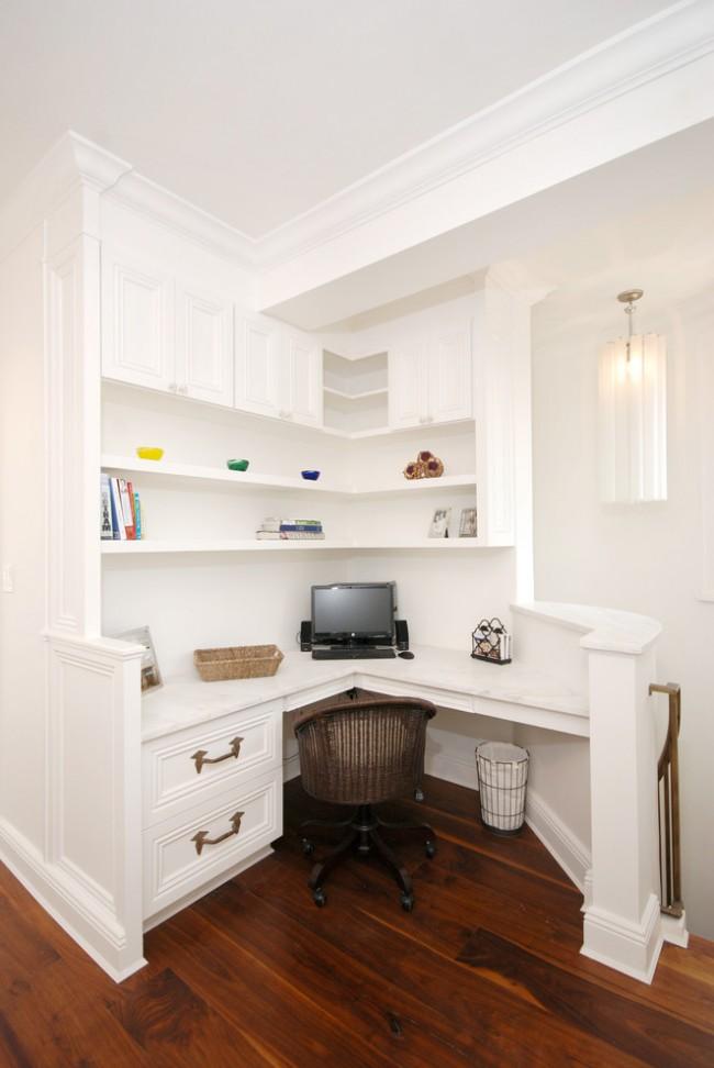 Une table d'ordinateur d'angle intégrée peut être utilisée pour battre un coin libre dans un grand couloir.  Si le style de l'appartement est classique, le développement du design de ce meuble ne présentera aucune difficulté.