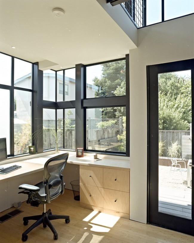 Espace de travail standard avec un coin bureau d'ordinateur avec un front de lumière
