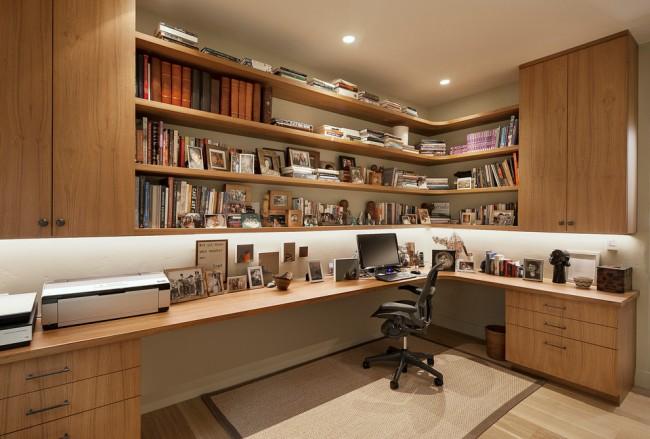 Grand bureau à domicile en coin avec beaucoup de tiroirs et étagères
