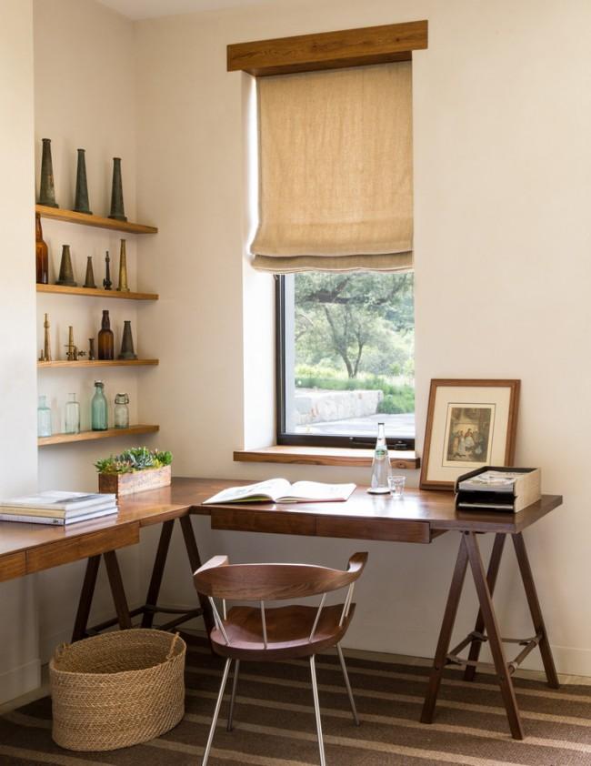 Petite table soignée avec un espace de travail situé dans un coin