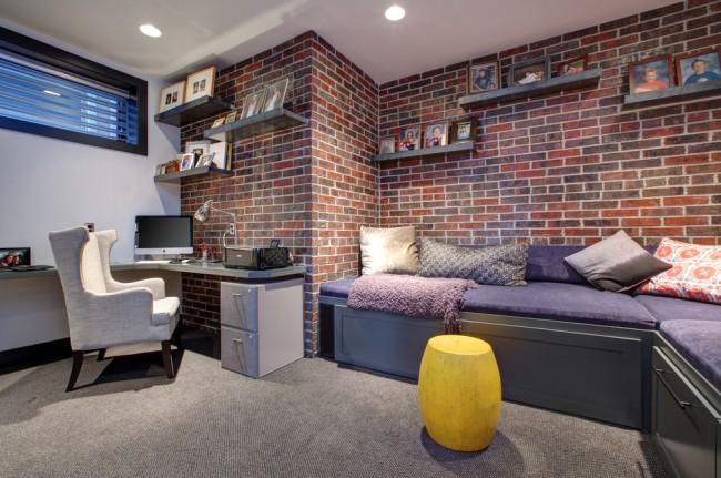 Un intérieur démocratique d'un appartement pour les jeunes : du papier peint pour la maçonnerie, une atmosphère épurée et une simple table d'ordinateur portable