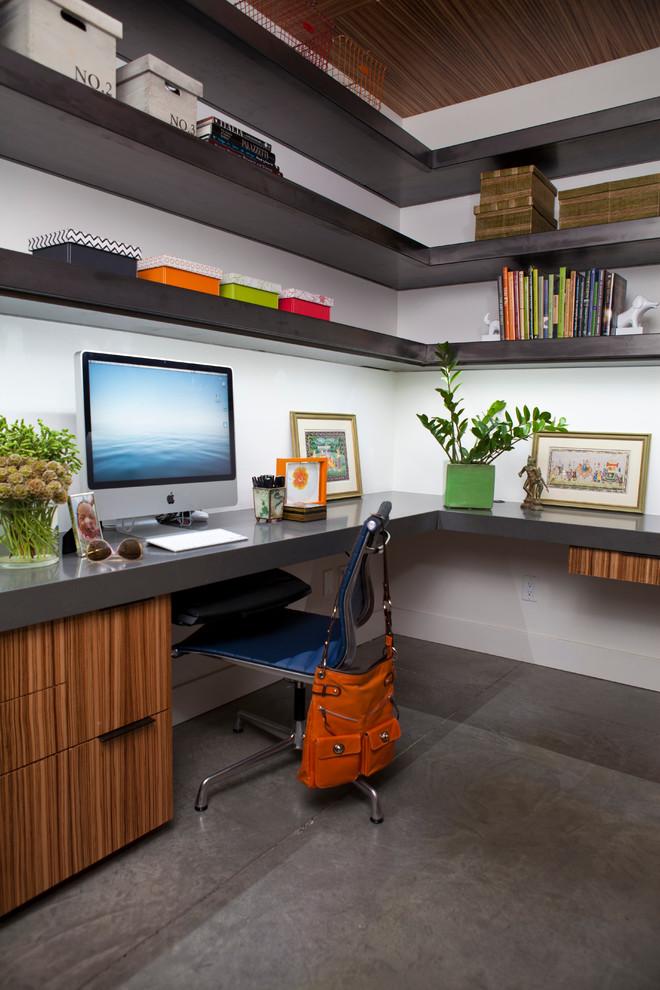 Espace de travail avec un coin bureau d'ordinateur et des étagères au-dessus