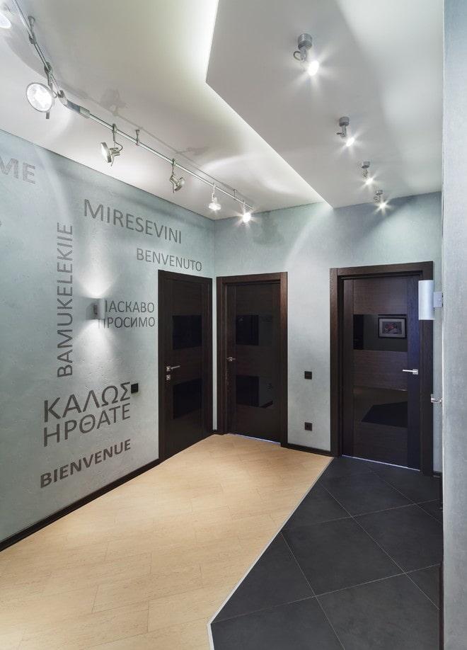 éclairage à l'intérieur du couloir dans un style high-tech