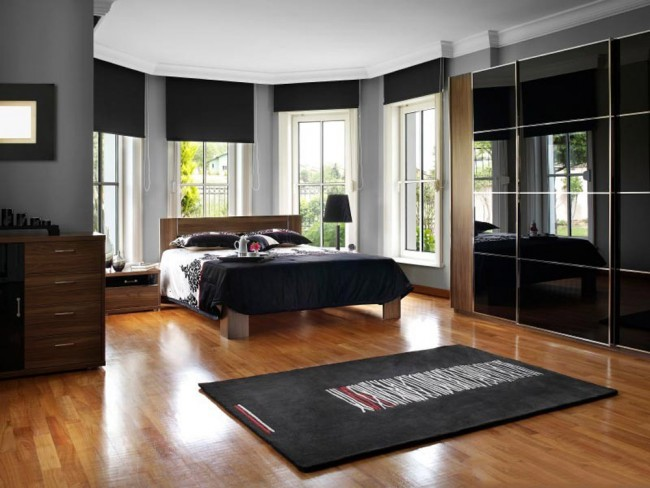 Les portes noires brillantes sont l'un des choix les plus populaires.  Beau, mais nécessite un entretien minutieux fréquent