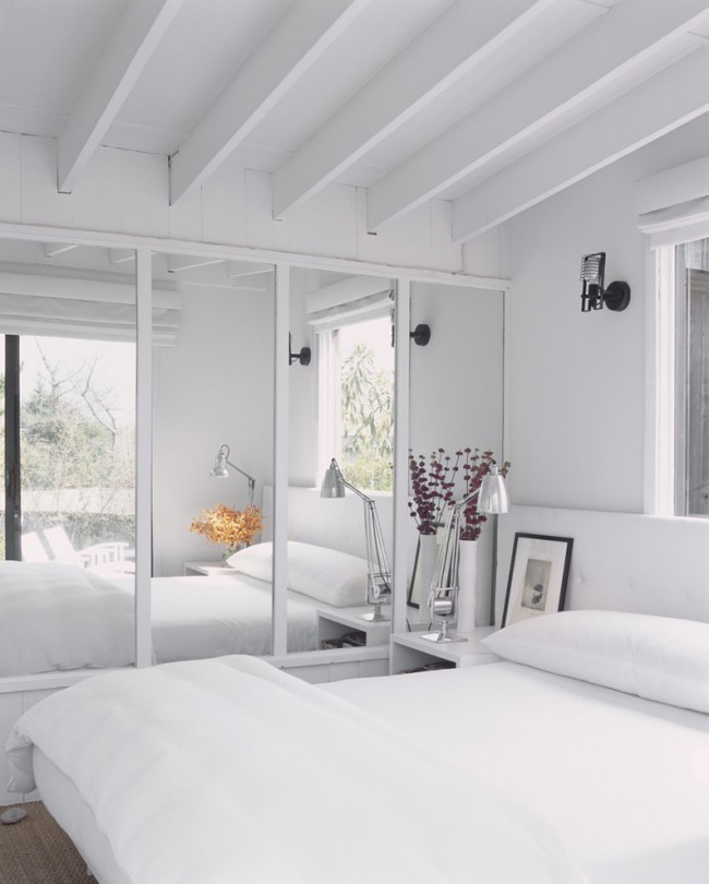 Une petite armoire intégrée avec des portes en miroir convient à une petite chambre