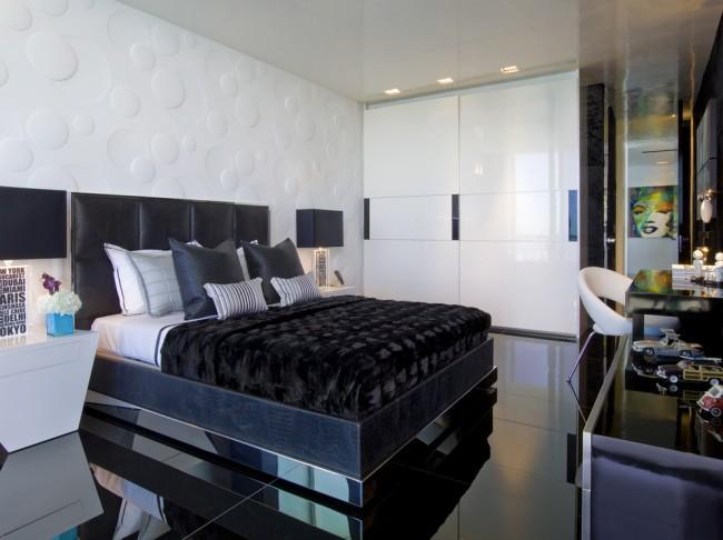 Armoire coulissante avec portes blanches brillantes assorties au reste du mobilier de chambre Art Nouveau