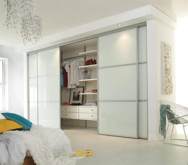 Avec une faible profondeur d'armoire, l'éclairage interne peut être supprimé
