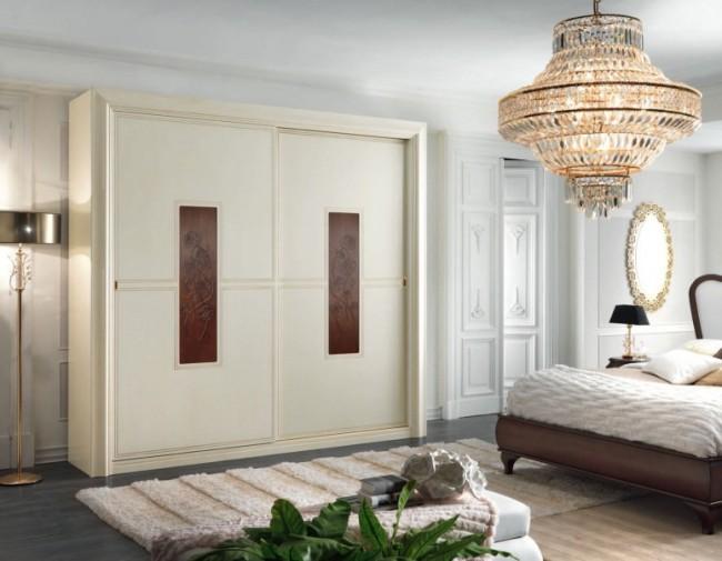 Petite armoire avec inserts sculptés dans une chambre classique