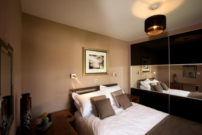 Armoire coulissante avec insert horizontal en miroir dans une petite chambre traditionnelle