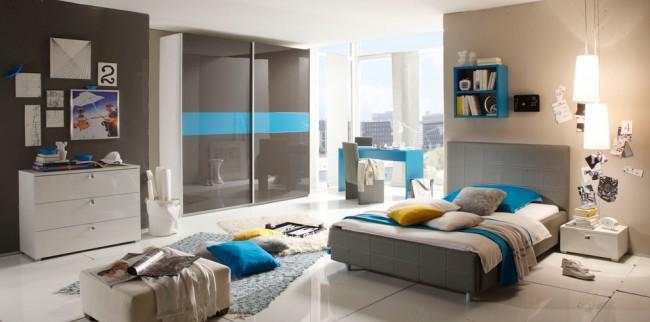 Une petite armoire s'intègre parfaitement à l'intérieur de la chambre grâce à la sélection de couleurs de porte appropriées