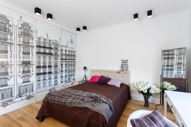 Dessin graphique noir appliqué à l'aide d'un film spécial autocollant sur les portes en plastique blanc de l'armoire coulissante