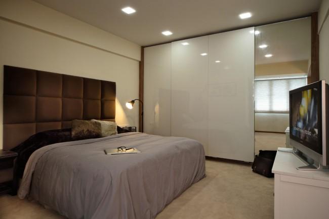 Armoire minimaliste dans la chambre : surface miroir plus MDF