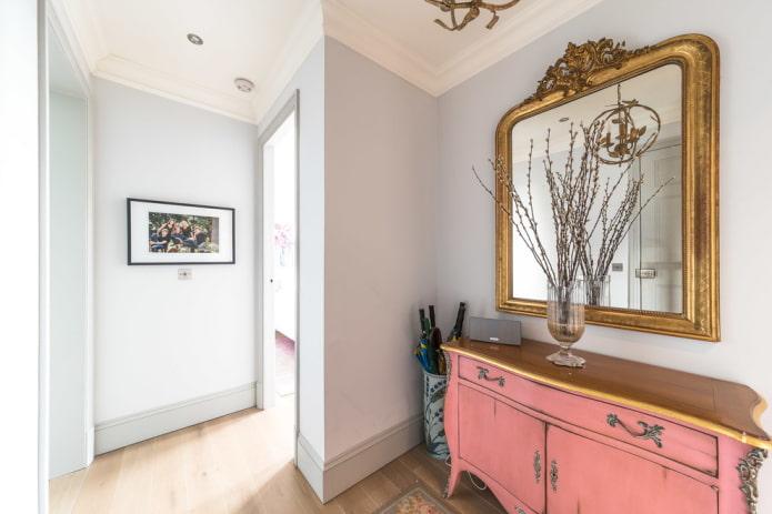 miroir dans un cadre baguette à l'intérieur du couloir