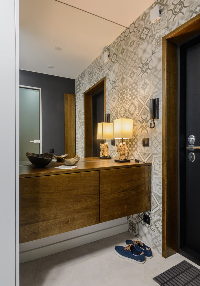 miroir encastré dans le mur à l'intérieur du couloir