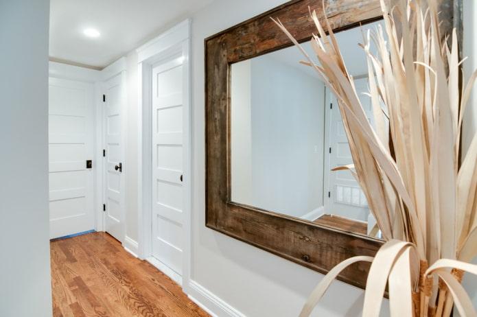 miroir dans un cadre en bois à l'intérieur du couloir