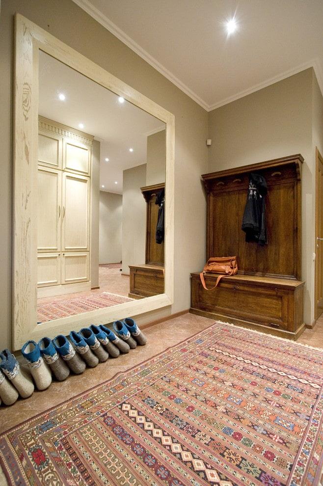 miroir pleine longueur à l'intérieur du couloir