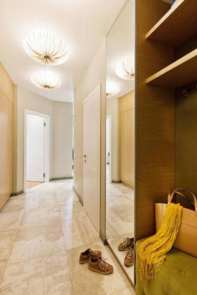 miroir intégré au meuble à l'intérieur du couloir