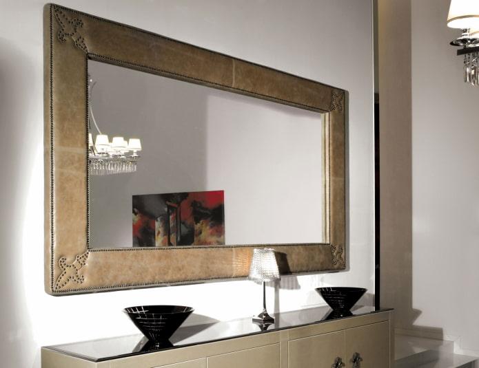 miroir dans un cadre en cuir à l'intérieur du couloir