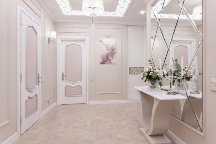 miroir avec des losanges à l'intérieur du couloir