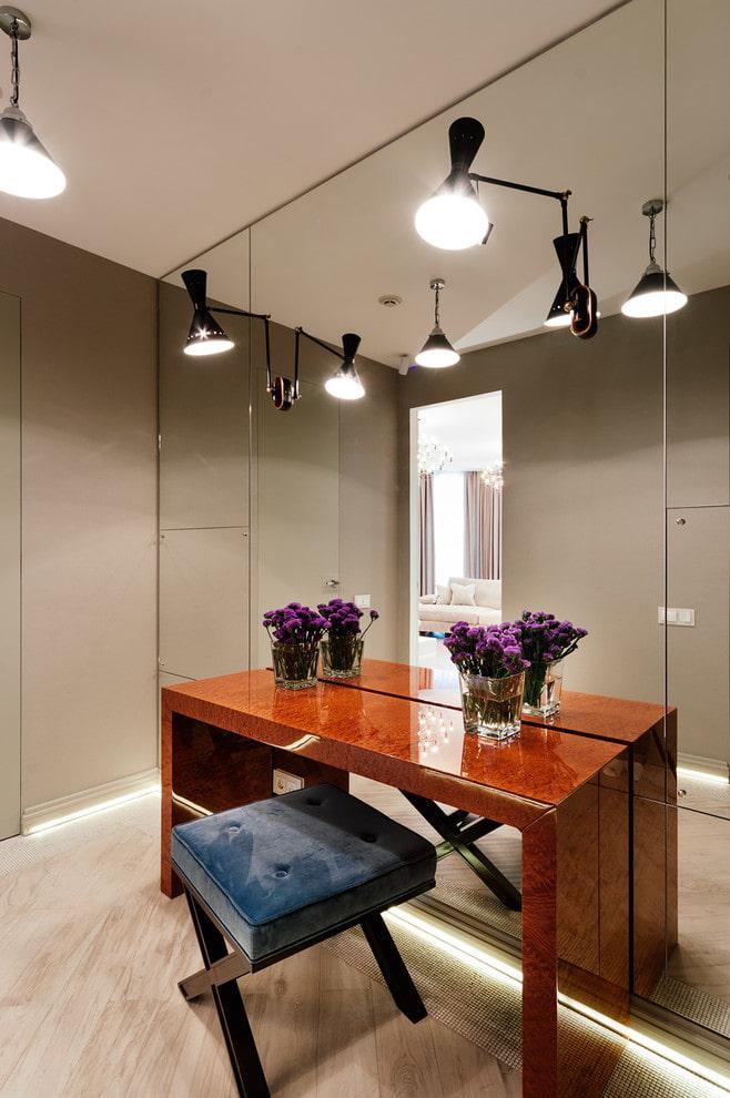 miroir avec une table à l'intérieur du couloir