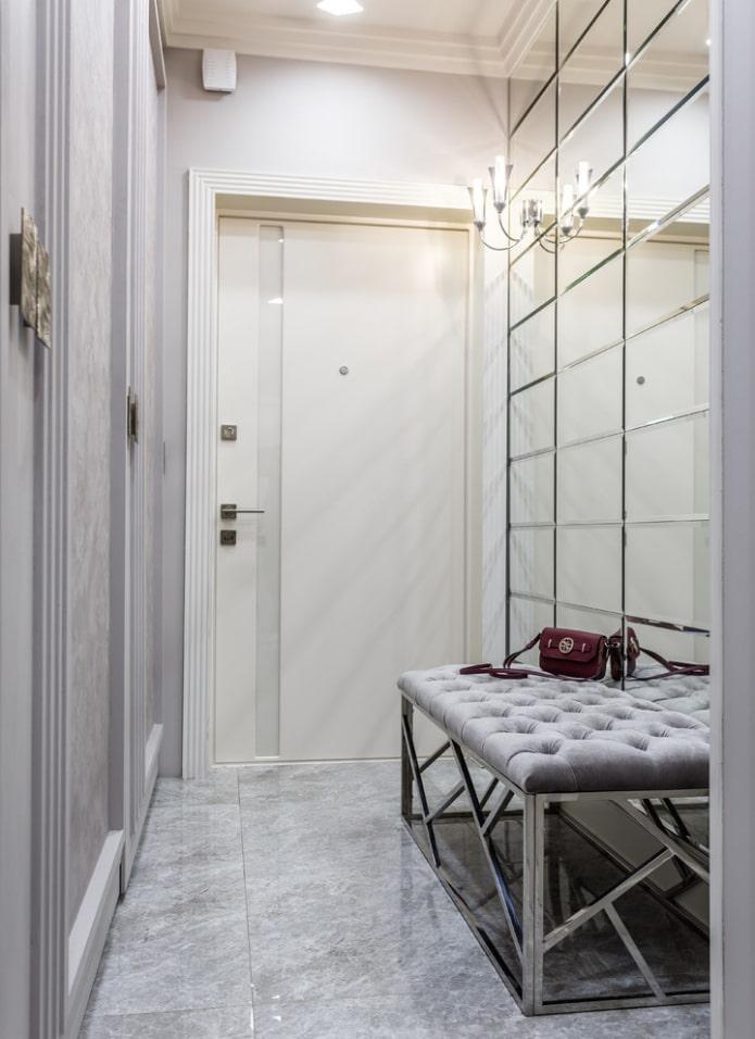 miroir avec facette à l'intérieur du couloir