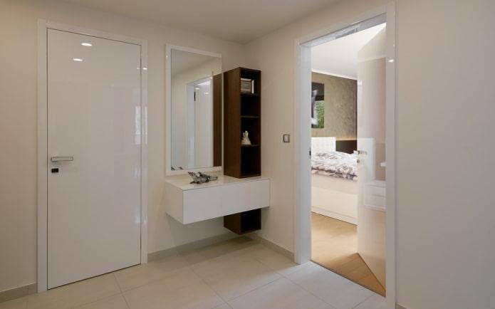 miroir avec une bordure à l'intérieur du couloir