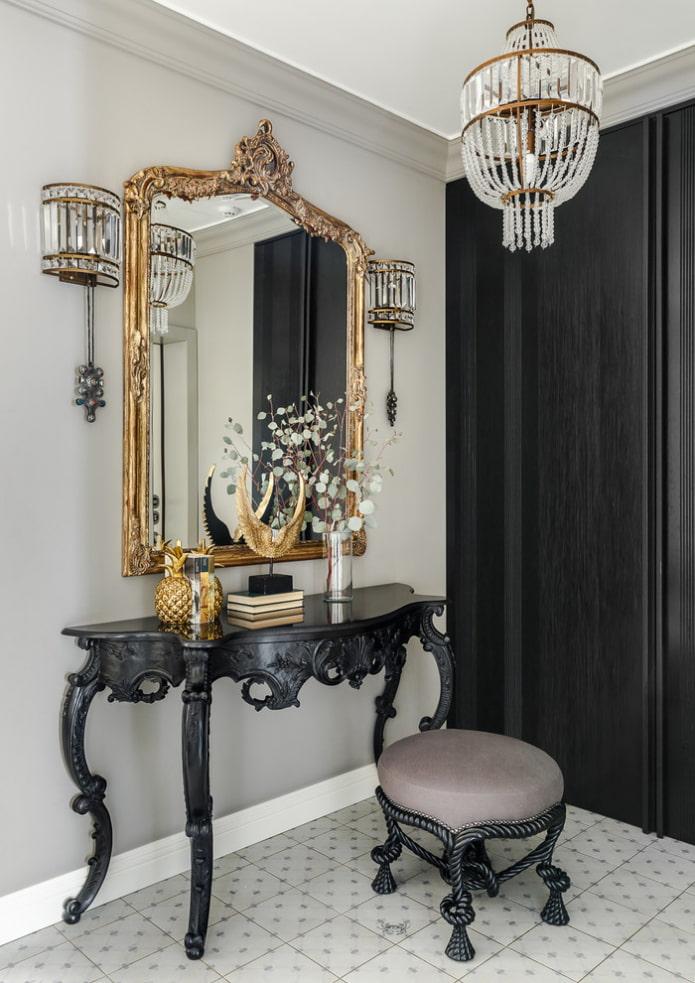 miroir dans un cadre forgé à l'intérieur du couloir