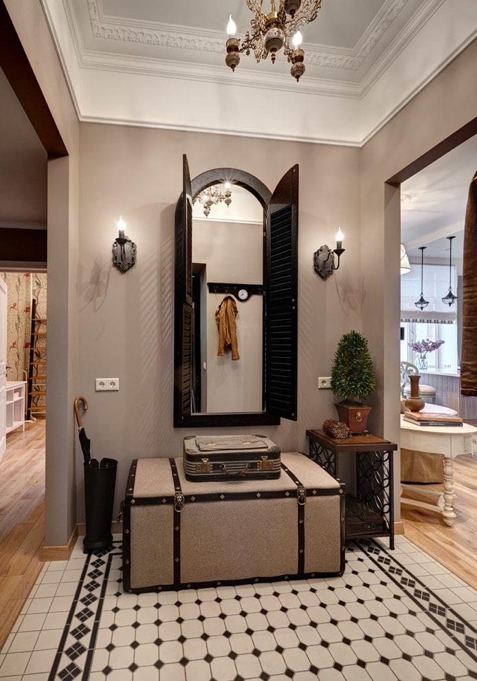 miroir avec appliques à l'intérieur du couloir