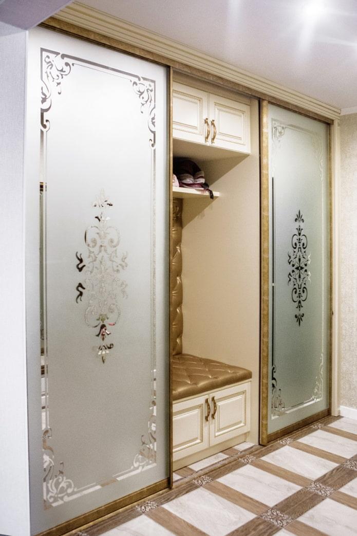 miroir avec motifs sablés à l'intérieur du couloir