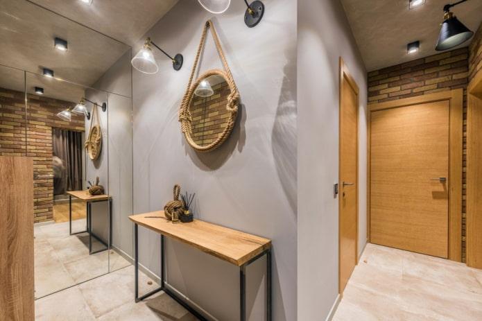 miroir avec lampes à l'intérieur du couloir