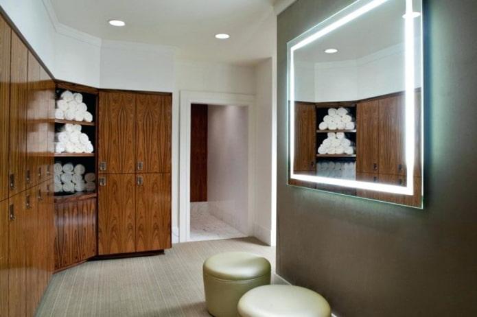 miroir avec éclairage de contour à l'intérieur du couloir