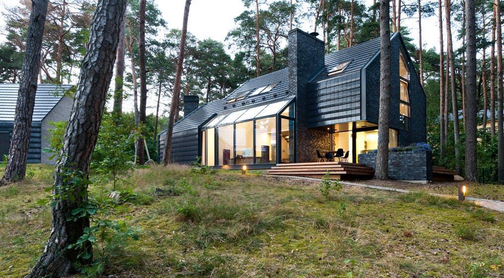 belle maison avec fenêtres panoramiques