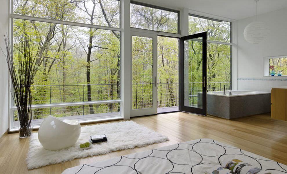Intérieur d'une maison de campagne avec fenêtres panoramiques